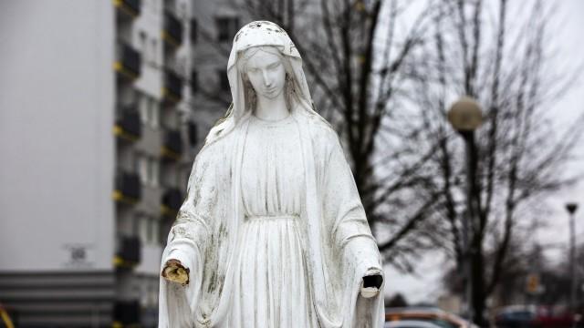 Obcięto dłonie Matce Bożej